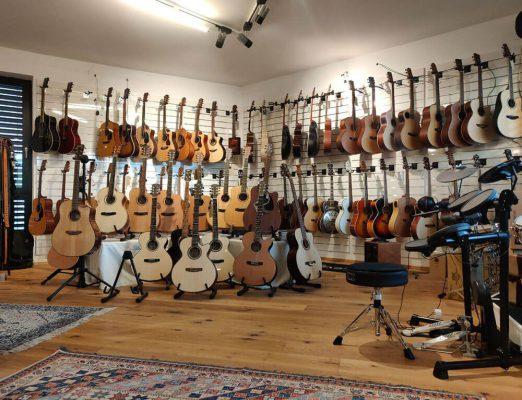 Musikgeschäft Gitarren Sortiment
